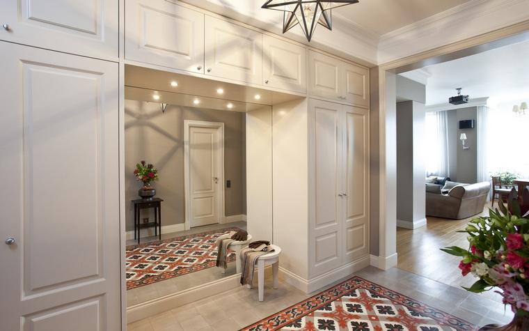 <p>Автор проекта: компания &laquo;А&ndash;Дизайн&raquo;. Фотограф: Евгений Кулибаба.&nbsp;</p> <p>Опенспейс холла и гостиной - популярный и удобный интерьерный прием. </p>