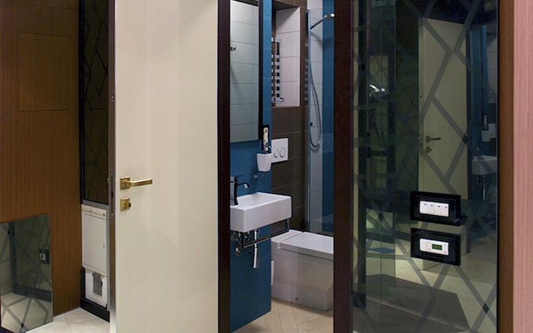 <p>Автор проекта: Fabrique de FORMe Фотограф: Антон Черкашин</p> <p>Небольшой санузел оформлен с помощью современных отделок из керамики и стекла. Но главная особенность этого интерьера - цветовое решение. Часто стен выкрашены в синий и терракотовый цвета</p>