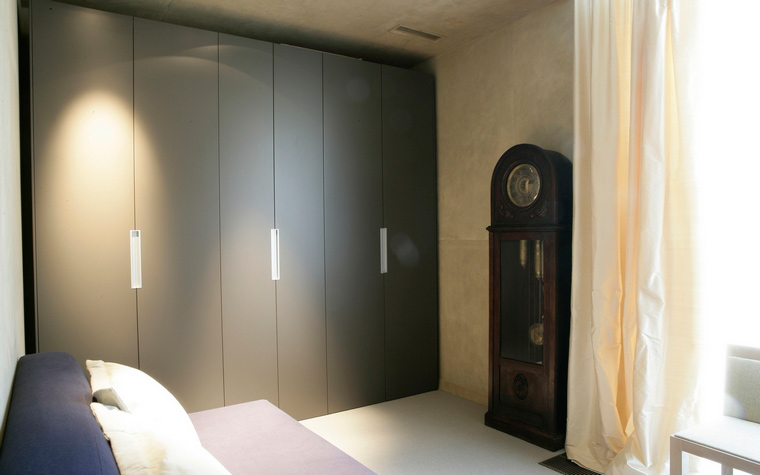 <p>Автор проекта: Татьяна Смирнова  (МАО)</p> <p>Небольшая по площади комната соединила в себе функции гардеробной и камерной гостиной. Одна стена оборудована шкафом-купе, а напротив окна размещен раскладывающийся диван. </p>