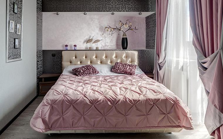 <p>Автор проекта: Асия Орлова. Фотограф: Александр Шевцов.</p> <p>В холодном розовом этой спальни есть что-то японское. </p>