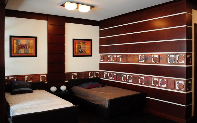 <p>Автор проекта: архитектурная мастерская &laquo;Итака - Архитектура и дизайн&raquo;.&nbsp;</p> <p>В спальне в африканском стиле преобладают бордово-коричневые тона. В&nbsp; декоре стен и постерах преобладают этнические африканские мотивы.</p>