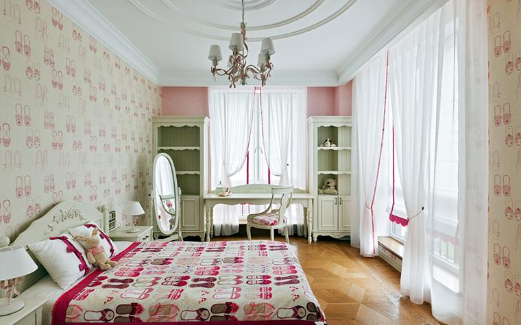 <p>Автор проекта:   Студия дизайна интерьера &quot;Мальгрим&quot;</p> <p>Нежный женственный интерьер детской комнаты во многом получился благодаря фигурной мебели белого цвета в духе французского прованса.&nbsp;</p>
