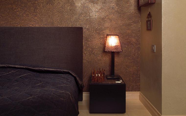 Интерьер спальни с темной мебелью