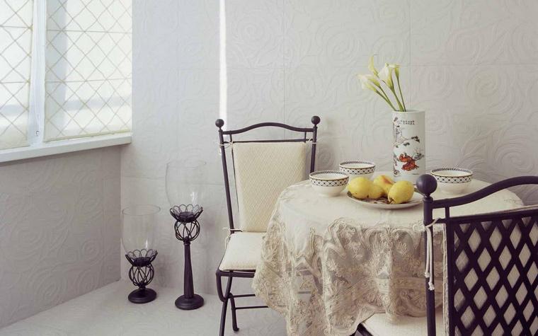 <p>Автор проекта: Стащук Татьяна&nbsp; Фотограф: Кирилл Овчинников</p> <p>На присоединенной лоджии организована небольшая столовая зона из кованной мебели. На фоне белых пола и стен отлично смотрится графичные стулья и напольные светильники. &nbsp;</p>