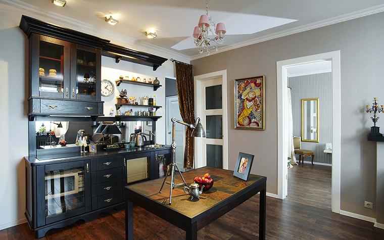 <p>Автор проекта: Ольга Кондратова</p> <p>Кухонный шкаф со стеклянными дверками и открытыми полками позволяет выставить фамильный фарфор и коллекции мелкой пластики и любимые сувениры. Это очень по-английски! </p>