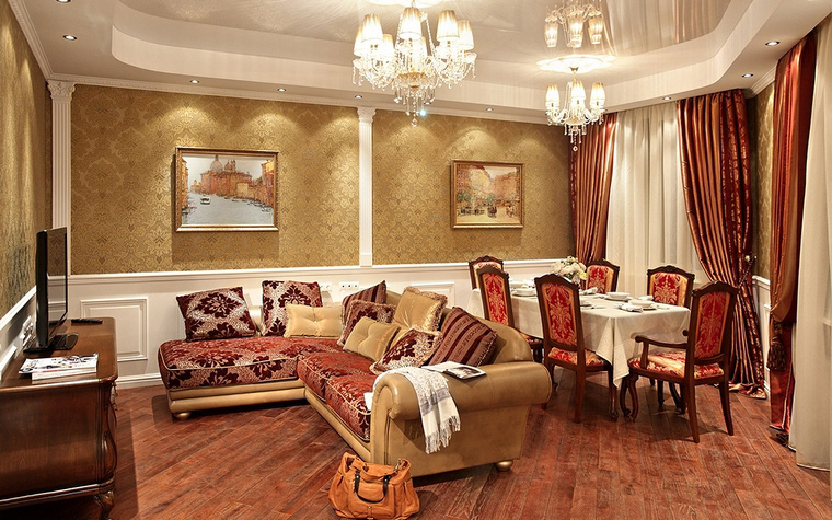 <p>Автор проекта: Александр Скирда</p> <p>В данном случае, обои в гостиной точно подобраны по цвету к мебельным обивкам, шторам и прочему текстилю, даже к живописи. Цветочный узор на золоте обоев лишь на полтона темнее, что делает общий фон сдержанно-благородным.</p>