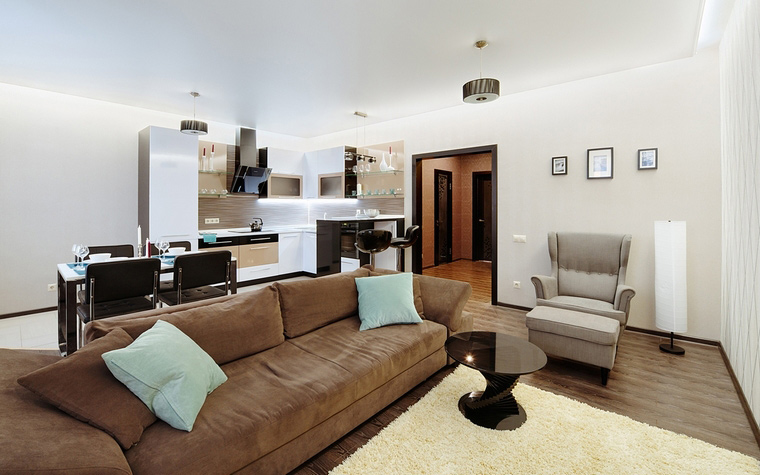 <p>Автор проекта: design studio студия интерьерного дизайна 8dis</p> <p>Большой прямоугольный диван с велюровой обивкой уютного цвета camel стал границей между зонами гостиной и кухни-столовой.</p>