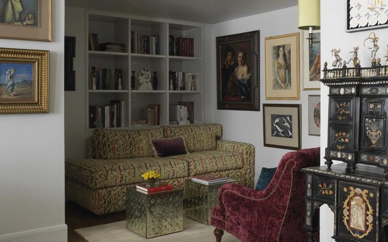 <p>Автор проекта: Кирилл Истомин</p> <p>Одна из камерных зон гостиной оборудована под уютную домашнюю библиотеку со встроенными полками, диваном и креслом. Кроме книг здесь можно наслаждаться коллекцией живописи и графики. </p>