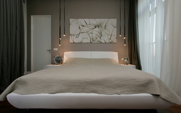 <p>Автор проекта: Денис Соколов SVOYA studio</p> <p>Громадная белая кровать с закругленными краями рядом с панорамным окном, задрапированным тонкой белой парусиной навевает мысли о дальних странствиях. </p>