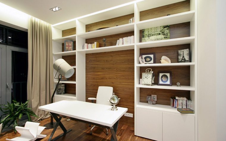 <p>Автор проекта: Денис Соколов SVOYA studio</p> <p>Домашняя библиотека оборудована мебелью, выполненной специально под проект. В комплект вошли настенный стеллаж, создающий нишу для рабочего стола с креслом и оригинальным торшером. Их роднит четкая геометрия и белый цвет.</p>