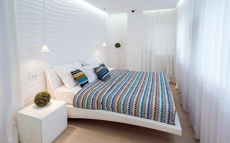 <p>Автор проекта: Анна Шемуратова</p> <p>Белизну белой мебели, белых стен и белого текстиля авторы проекта очень удачно разбавили покрывалом и подушками Missoni с разноцветными ритмичными зигзагами. </p>