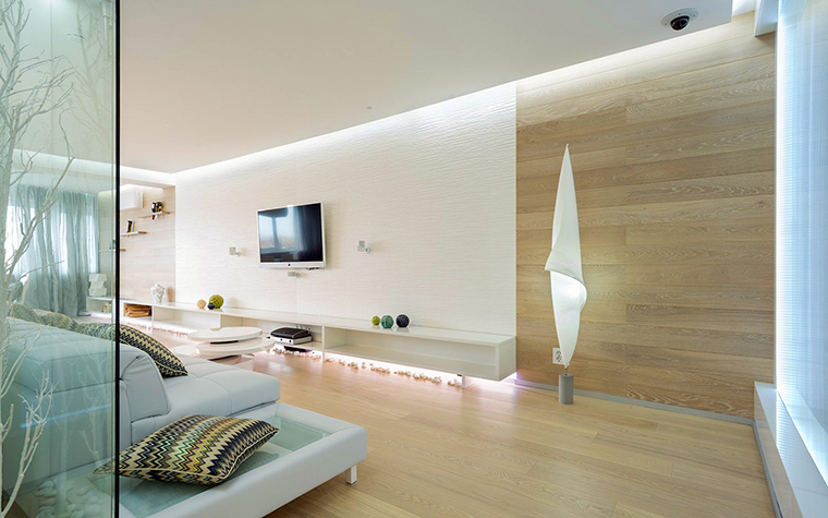 <p>Автор проекта: Анна Шемуратова.</p> <p>Белый кожаный диван зонирует пространство. Это концептуально. Его простая форма как нельзя лучше подходит этому интерьерному минимализму.</p> <p>&nbsp;</p>