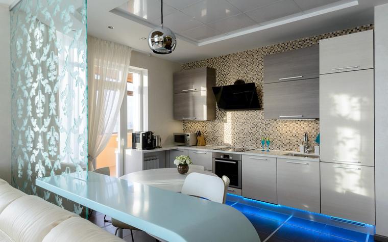 <p>Автор проекта: Ирина Лимонова.&nbsp;</p> <p>Кроме ванных комнат мозаичные отделки активно применяются в кухонных зонах. Обычно ими отделывают рабочие поверхности - столешницы,&nbsp; части стен расположенные над столом - т.н. фартуки и пр. В данном проекте, авторы&nbsp; выложили мозаикой всю стену кухонной зоны, которая обращена в открытую гостиную.</p>