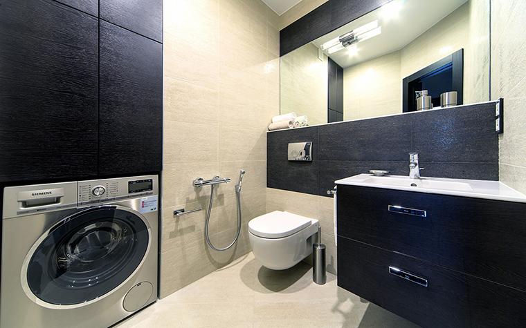<p>Автор проекта:   Apartment</p> <p>С помощью отделок интерьер санузла выдержан в модной черно-белой гамме.  Этот контраст создают светлая плитка стен/пола и темное дерево в фасадах  мебели.</p>