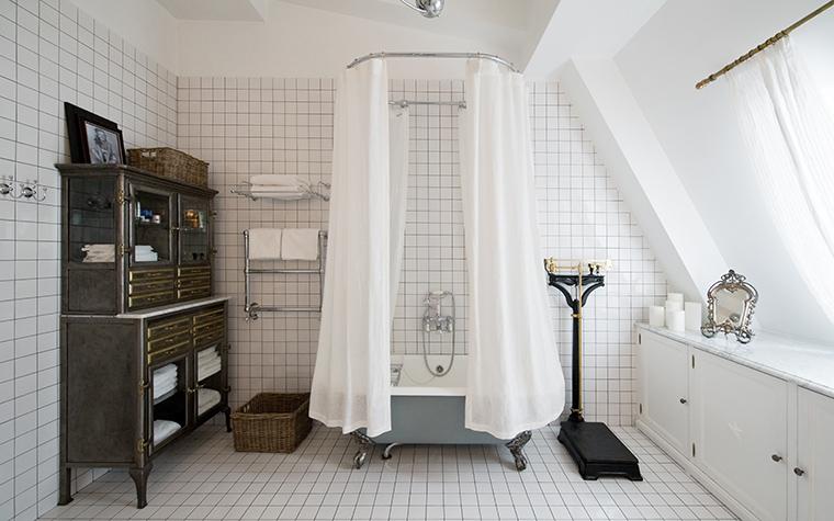 <p>Автор проекта: Елена Корнилова<br /> Фотограф: Илья Иванов</p> <p>Ванная комната в мансарде - это очень романтично, для натур поэтических.</p>