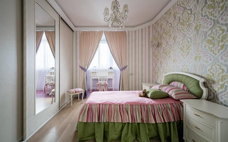 <p>Автор проекта: Ирина Ивашкова</p> <p>Спальня маленькой принцессы также оклеена неоднородными обоями, правда выдержанными в дворянском, усадебном стиле позапрошлого века.</p>