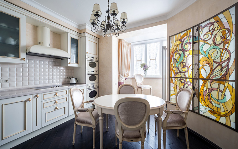 <p>Автор проекта: Ирина Ивашкова</p> <p>Дополнительный свет в этом варианте кухня-балкон - не только от балкона, но и от витража с подсветкой.</p>