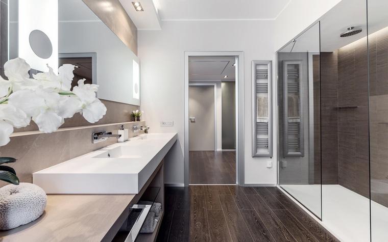 <p>Автор проекта:   NG-Studio</p> <p>Еще один вариант дорогого деревянного пола в ванной.</p>