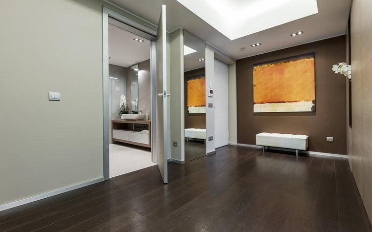 <p>Автор проекта:   NG-Studio</p> <p>Монохромный минимализм просторной прихожей разбавлен с помощью трех деталей: элегантной банкетки, встроенного в стену зеркала и большой картины в духе Марка Ротко.&nbsp;</p>