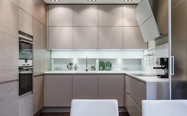 <p>Автор проекта:   NG-Studio</p> <p>Небольшая открытая кухня оформлена в современном стиле и выдержана в монохромной гамме. Светло-бежевый цвет кухонных шкафов акцентирован белыми элементами (столешница и фартук), а также блестящими деталями (техника).</p>