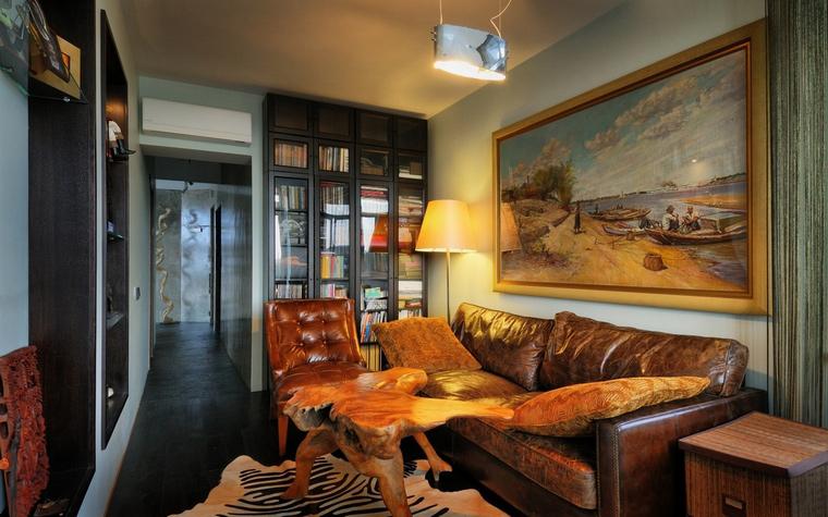 <p>Автор проекта: Лела Кавтарадзе</p> <p>Одна стена гостиной отдана под домашнюю библиотеку, которая расположилась во встроенном застекленном стеллаже, что обеспечивает качественное хранение для книг.&nbsp;</p>