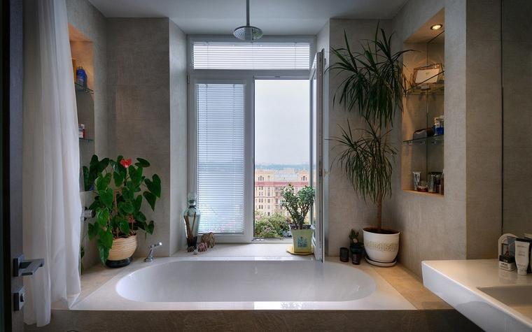 <p>Автор проекта: Лела Кавтарадзе</p> <p>Главное достоинство небольшой ванной комнаты в том, что она имеет окно. Прямо около него дизайнеры расположили компактную овальную ванну, а в стенах устроили удобные ниши для ванных принадлежностей и аксессуаров. </p>