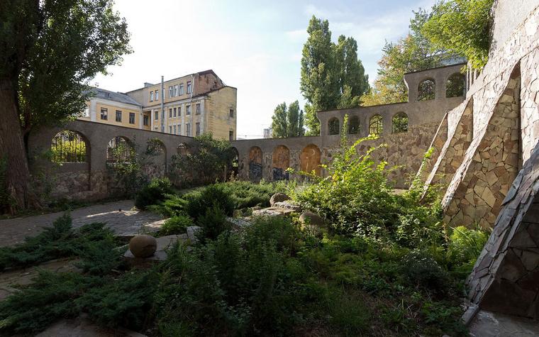 <p>Автор проекта: Наталия Олексиенко</p> <p>Настоящие крепостные стены, выложенные из камня, создают образ средневекового замка. Камень здесь использован по максимуму.</p>
