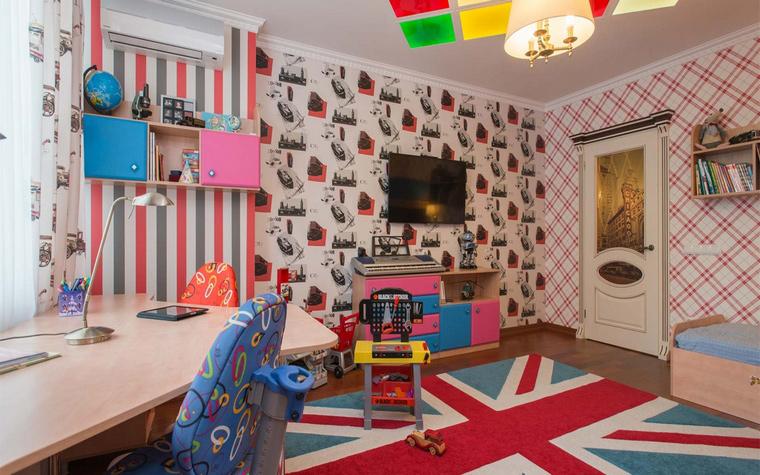 <p>Автор проекта: Юлия Кацьянова</p> <p>Все четыре стены детской декорированы разными <a href=http://www.360.ru/Catalog/materialy-i-konstrukcii/oboi/>обоями</a>. В рифму к ним положен коврик в виде британского флага.</p>