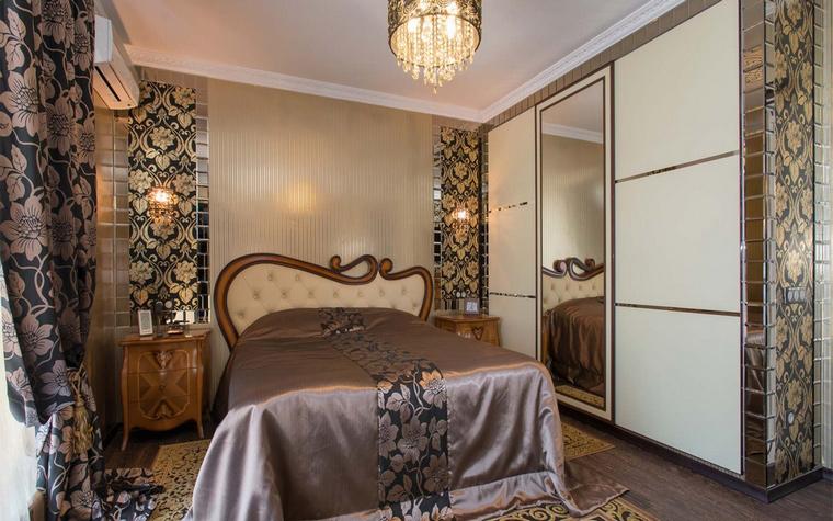 <p>Автор проекта: Юлия Кацьянова</p> <p>Спальня оформлена в стиле нео-модерн с элементами классического дворцового стиля. Такие роскошные орнаментальные ткани в шторах и обивке стен можно было встретить в итальянских палаццо эпохи барокко.&nbsp;</p>