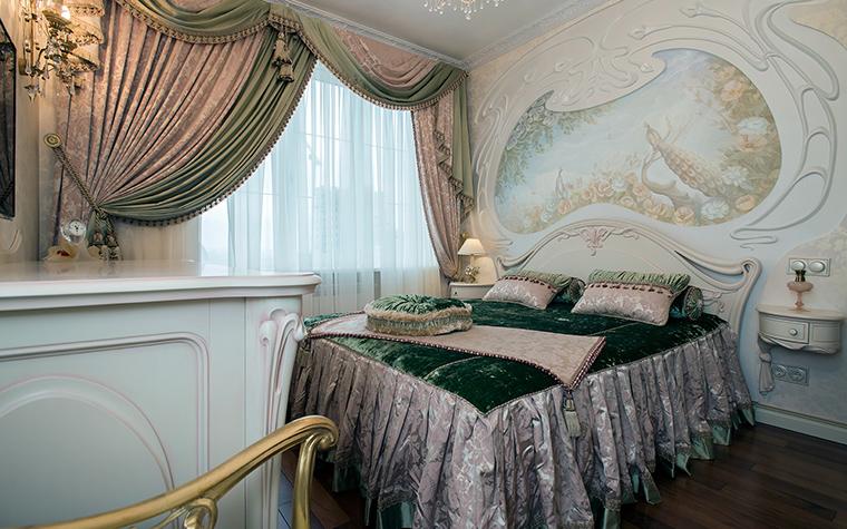 <p>Автор проекта: Наталья Фарносова</p> <p>Роскошная кровать с изящно изогнутым изголовьем, фигурные комод и консоли с цветочным рельефом демонстрируют новое пришествие стиля модерн.</p>