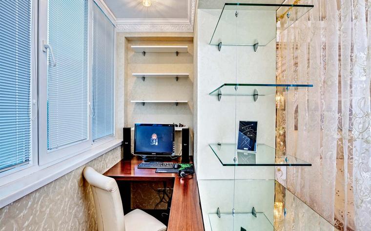 <p>Автор проекта: Юлия Кацьянова</p> <p>Мини кабинет организован на месте присоединенного балкона. Рабочее место с длинной г-образной столешницей оборудовано большим стеллажом со стеклянными полками. Он служит системой хранения и отделяет рабочую зону от пространства гостиной.</p>