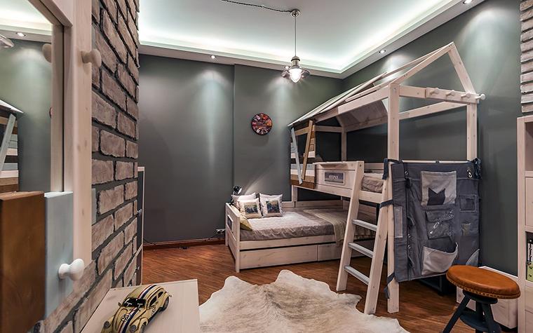 <p>Автор проекта: Елена Скутова</p> <p>Весь спальный гарнитур выдержан в стиле первопроходца-охотника.Об этом говорят и грубые стены из кирпича, и шкуры на полу, и кровать-хижина...</p>