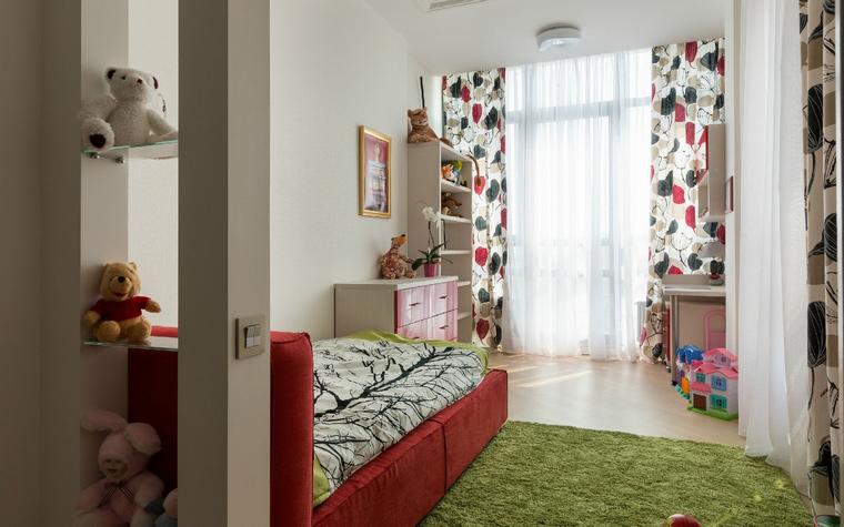 <p>Автор проекта: Лариса Никитенко<br /> Фотограф: Андрей Авдеенко</p> <p>Небольшая детская комната обустроена минимальным количеством мебели и декорирована ярким жизнерадостным текстилем и аксессуарами. Поэтому тут достаточно мета для полноценного отдыха и веселых игр, а цветные шторы, зеленый ковер похожий на лужайку и полки с игрушками создают самые радужные настроения у хозяев комнаты и их гостей.</p>