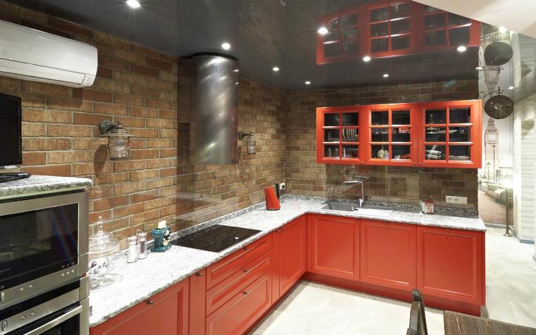 <p>Автор проекта: Ксения Розанцева</p> <p>В оформлении кухни сочетается стиль лофт с кирпичными стенами и поп-арт с контрастом белого и красного цвета. Английский стиль здесь читается в большом количестве ярко-красного цвета - любимого цвета города Лондона.</p>