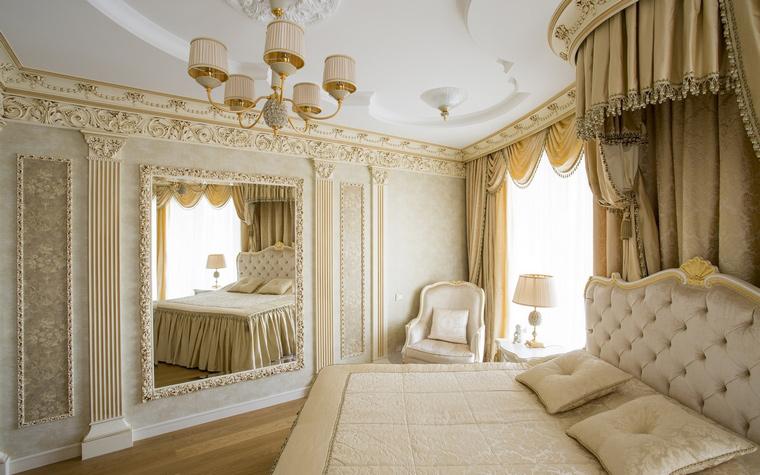 <p>Автор проекта: Дмитрий Ларин Фотограф: Кулибаба Евгений</p> <p>Роскошная кровать со стеганой спинкой под высоким полукруглым балдахином в окружении бело-золотого классического декора выглядит просто по-королевски!</p>