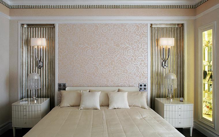 <p>Автор проекта: архитектурная группа Франчян и Матвеев<br /> Фотограф: Сергей Моргунов</p> <p>&nbsp;Вертикальные рельефные полосы в этой спальне акцентируют личное пространство. </p>