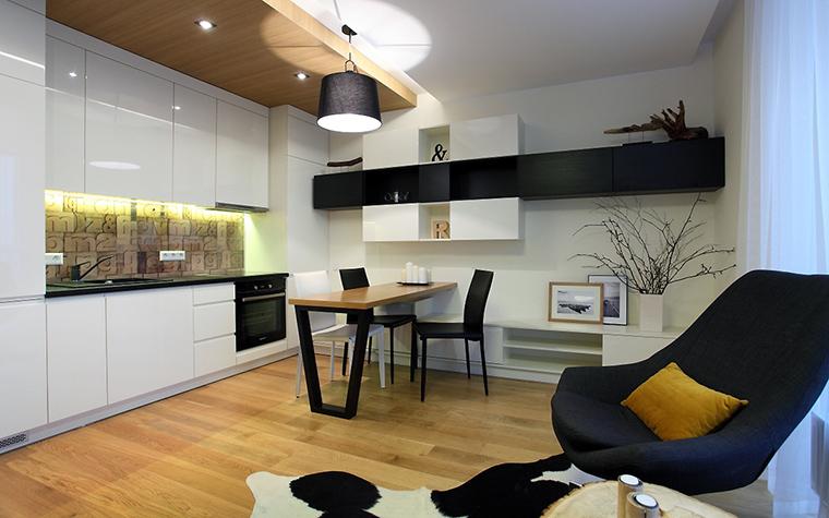 <p>Автор проекта: Audrone Ambraziene</p> <p>Интерьер кухни, открытой в гостиную, выполнен по всем законам скандинавского стиля. Хорошее пространство, много света, а также белая мебель и натуральные отделки пола и потолка. На фоне палубной доски золотистых тонов эффектно смотрится черно-белая коровья шкура.</p>