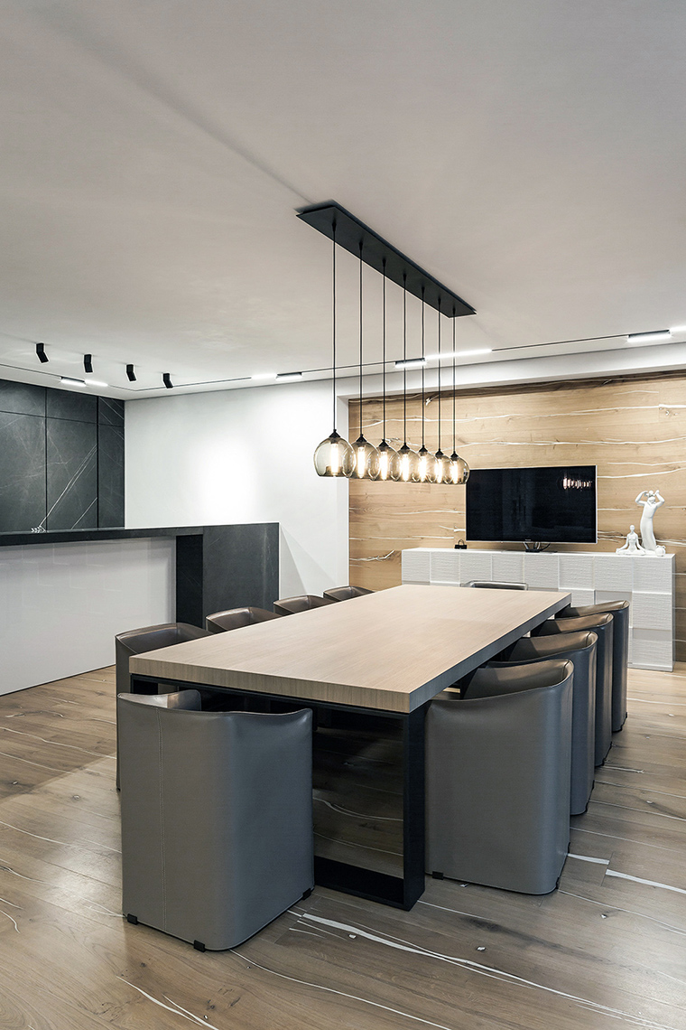 <p>Автор проекта: Дина Межевова</p> <p>Кухня в серых тонах - идеальный выбор. Светлые серые обои делают интерьер еще более воздушным и объемным.</p>