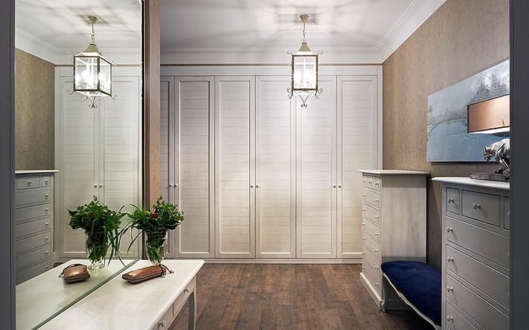<p>Автор проекта: Алеся Сахно</p> <p>Холл с коридором оформлены в стиле комфортного прованса. Деревянный пол, шкафы и тумбы выкрашены в белый цвет, светлый монохром и несколько классических деталей: &nbsp;подвесной светильник-фонарь и лампа-скульптура). Сдержанно и стильно!</p>