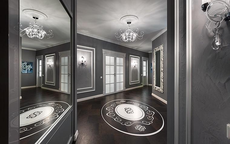 <p>Автор проекта: Алеся Сахно</p> <p>Входная дверь, вслед за межкомнатной, декорирована стеклянными вставками. Но это возможно только в том случае, если входная дверь двойная, и за стеклянной дверью следует металлическая.</p>