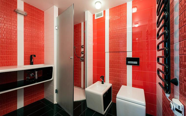 <p>Автор проекта: APRIORI design<br /> Фотограф: Александр Камачкин</p> <p>Белые вертикальные полосы на алом - это очень энергично! Белое, красное и черное в палитре санузла - классическое, но смелое решение. </p>
