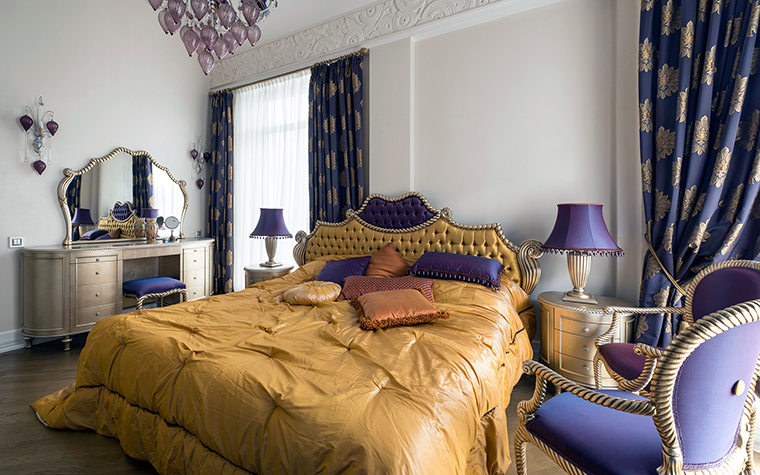 <p>Автор проекта: APRIORI design&nbsp; Фотограф: Алексей Камачкин</p> <p>Кровать с фигурным изголовьем, а также кресла и настольные лампы поддерживают стиль нео-барокко и во многом создают&nbsp; главное цветовое созвучие, сочетание золотого с сине-фиолетовым. </p>