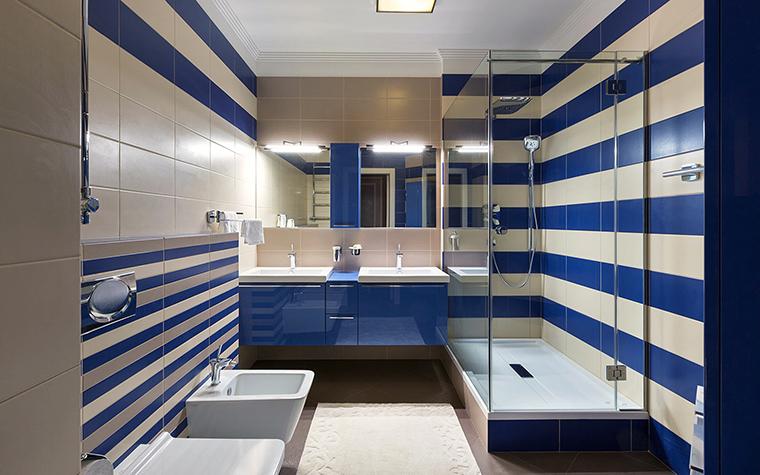 <p>Автор проекта: Алеся Сахно</p> <p>Горизонтальная сине-белая полоска этой ванной комнаты делает интерьер более объемным. В полосатом интерьере есть&nbsp; что-то морское, вполне уместное для ванной комнаты, предлагающей пользователю всевозможные водные процедуры.</p>