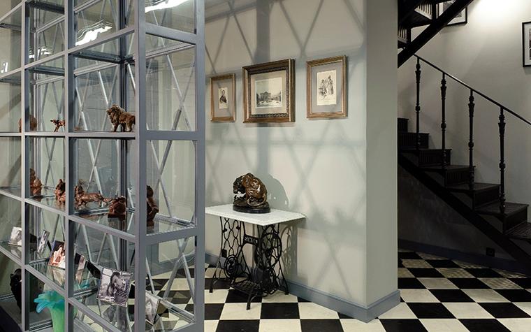 <p>Автор проекта:   Intro by Chak<br /> Фотограф: Александр Камачкин</p> <p>Прихожая-холл в двухуровневой квартире оформлена на стыке хай-тека и стиля ретро. Основой оформления стал классический шахматный пол, консольный <a href=http://www.360.ru/Catalog/mebel/stoly/tualetnye-stoliki/>столик</a>, переделанный из швейной машинки и серия старинных гравюр. Дополнительным украшением стены с гравюрами стали графичные тени, которые отбрасывает современный металлический стеллаж.</p>