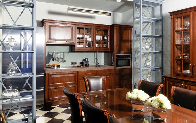 <p>Автор проекта:   Intro by Chak Фотограф: Алексей Камачкин</p> <p>В кухне сочетается стиль классики и хай-тека. Классический кухонный гарнитур и столовая мебель из дерева красно-коричневого цвета напоминают о стиле викторианской классики. </p> <p>&nbsp;</p>