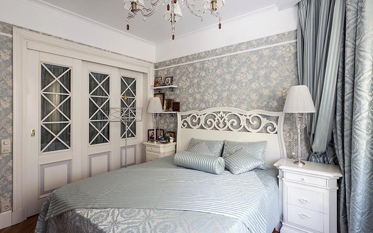 <p>Автор проекта: APRIORI design&nbsp; Фотограф: Алексей Камачкин</p> <p>Белая кровать с высокой ажурной спинкой, шкафы со стеклянными дверками, серебристо-голубой текстиль и обои создают ассоциации с нежным стилем прованс. </p>