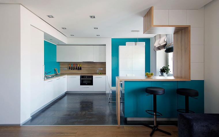 <p>Автор проекта:   ZE|WORKROOM studio</p> <p>Современный стиль этой стильной кухни очевиден. Контраст белого и черного, бирюзового и бежевого смягчает и одушевляет минимализм.</p>