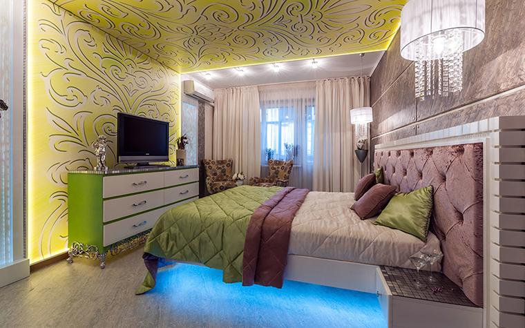 <p>Автор проекта: Варвара Головко</p> <p>В данном случае, дизайн стен спальни выстроен не только на разности цветов, но и фактур. Свет также играет большую роль. Специальная подсветка потолка и пола в зоне кровати выделяют композиционный центр. </p>