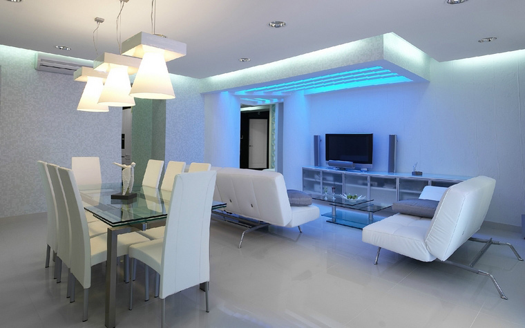 <p>Автор проекта: Сергей Мансуров.&nbsp;</p> <p>Световой дизайн потолка оформляет каждую из зон открытой гостиной.&nbsp; Над диванной группой организована нависная конструкция с приятным голубоватым светом,&nbsp; обеденный стол освещает серия из трех подвесных ламп, а все пространство в целом объединяется с помощью точечных светильников и закарнизной подсветки.</p>