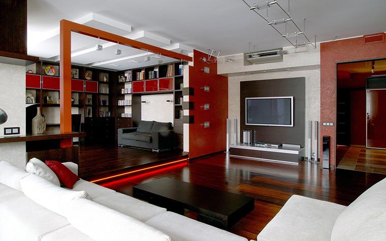 <p>Автор проекта: Ирина Панасовская</p> <p>Открытое пространство кухни-столовой-гостиной построено на комбинации белого и красного стен и мебели.</p>